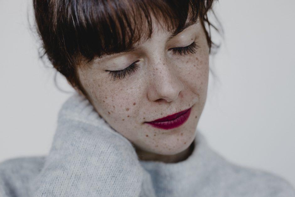 Sinnliches Porträt einer Frau mit roten Lippen