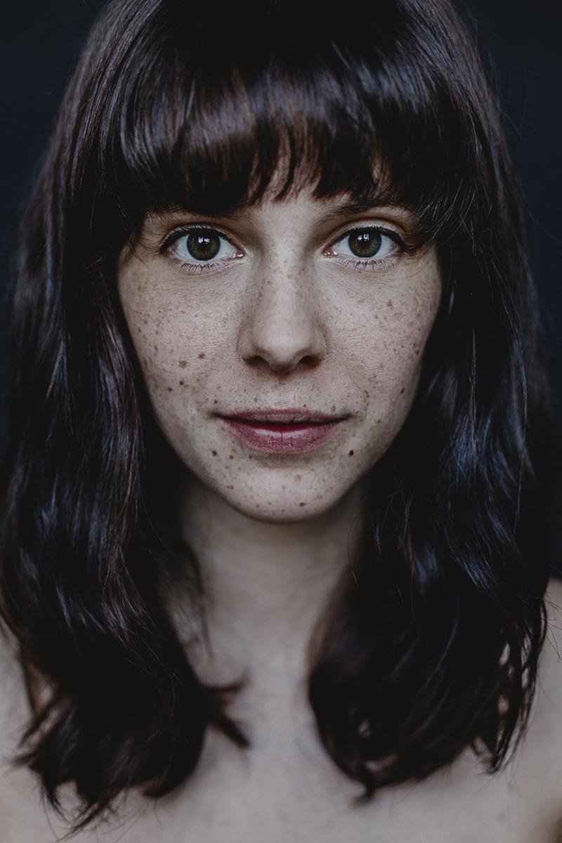 Intensives Porträt einer Frau mit Sommersprossen
